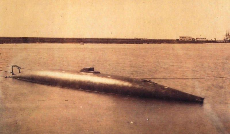 El submarino, a flote y deslastrado