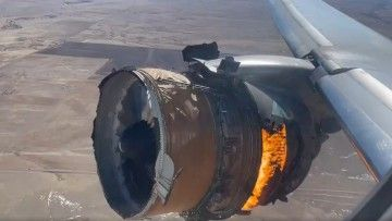 Fuego en el motor derecho de un avión B-777 de United