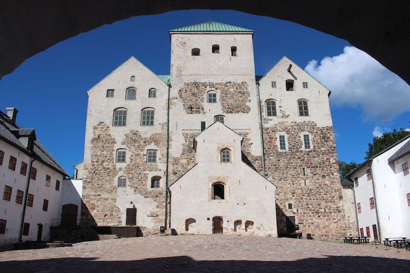 Frontal del castillo de Turku, visto desde el patio de acceso