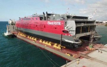 """Puesta a flote en buque dique del catamarán """"Fjord FSTR"""""""