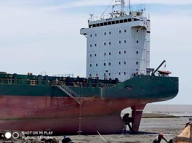 """La sección de popa del buque """"BFP Galaxy"""", tras su varada para desguace"""