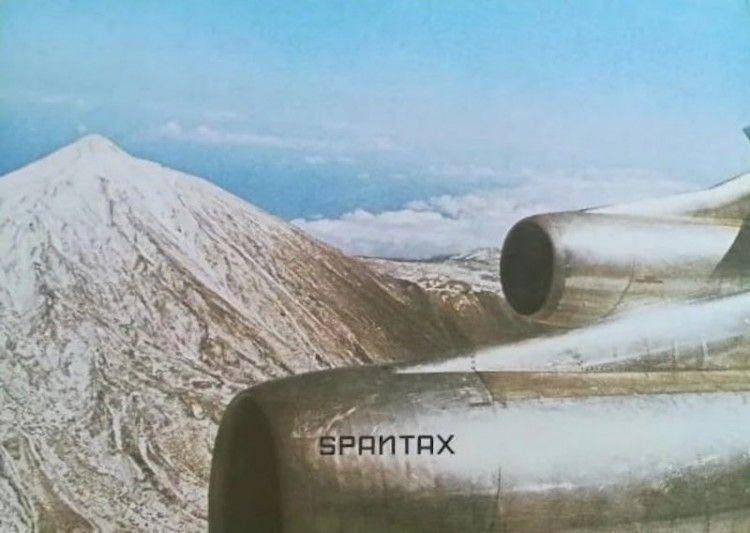 Un avión Convair CV 990A de Spantax sobrevuela Ek Teide