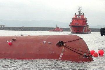 """El quilla del petrolero """"Nehir"""", en su atraque del puerto de El Musel, en Gijón"""