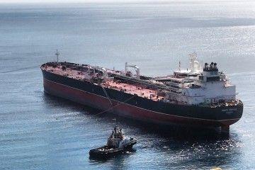 """Maniobra de amarre del petrolero """"Monte Urbasa"""" en la terminal de CEPSA"""