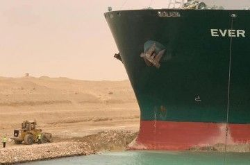 """La proa del buque """"Ever Given"""", en la orilla del canal de Suez"""