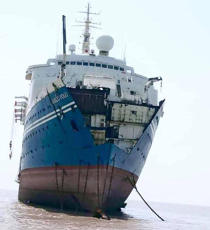 """El desguace ya es visible en la proa del buque """"Marco Polo"""""""