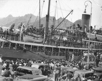 """Embarque de tropas en el vapor """"Romeu"""", pintado de gris naval, en el puerto de Santa Cruz de Tenerife"""