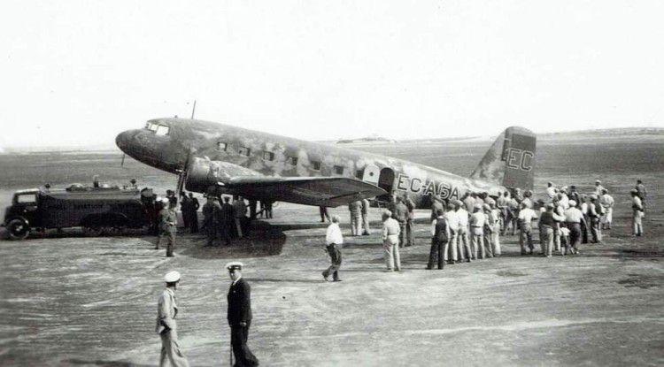 El avión Douglas DC-2 de LAPE, en el aeródromo de  Hal Far (Malta)