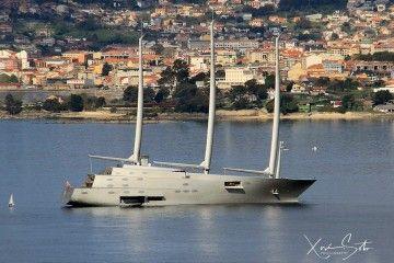 El singular híbrido de velero y yate, en la ría de Vigo