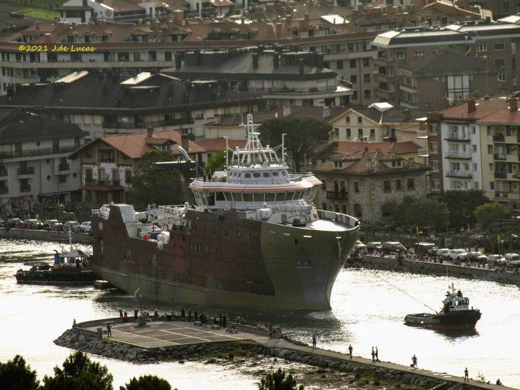 """El remolque del buque """"Tarajoq"""", a su salida por el río Urola"""
