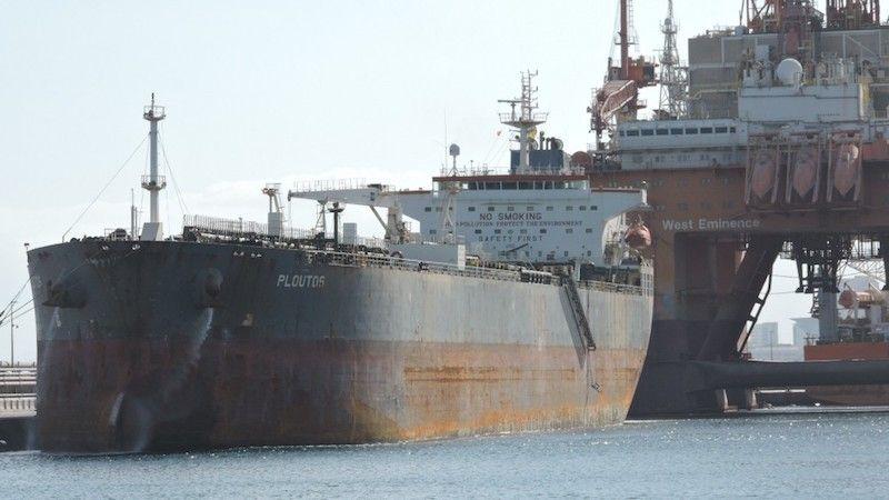 """El petrolero """"Ploutos"""", atracado en el dique del Este del puerto tinerfeño"""