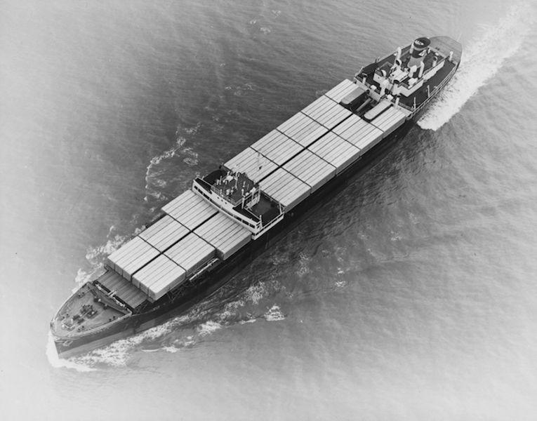 """El buque """"Ideal X"""" con la cubierta cargada de contenedores"""
