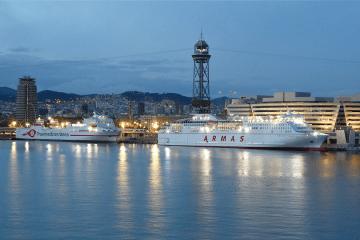 Dos buques de Naviera Armas Trasmediterránea comparten atraque en el puerto de Barcelona
