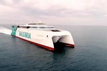 """El catamarán """"Eleanor Roosevelt"""", en pruebas de mar frente a Gijón"""