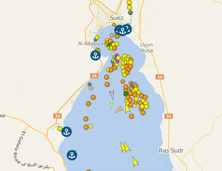 Barcos en espera a la entrada de Suez