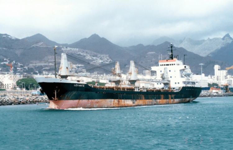 """El buque """"Levante"""" zarpa del puerto de Santa Cruz de Tenerife"""