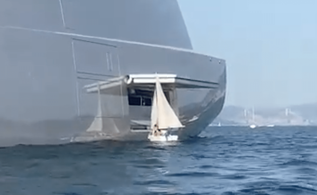 """El pequeño velero, perdido el control, junto al partalón del gigayate """"A"""""""
