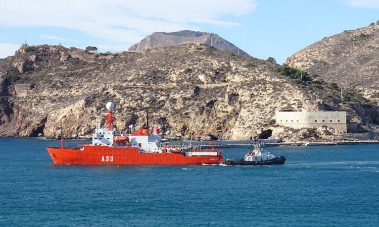 """El BIO """"Hespérides"""" (A33), a su salida del puerto de Cartagena"""