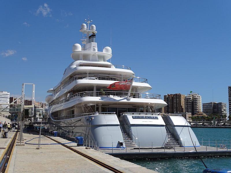 Vista de la popa del buque, atracado en el puerto de Málaga