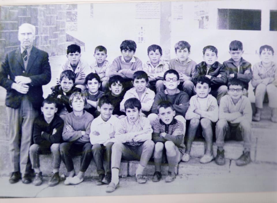 El maestro Florencio Pérez y un grupo de alumnos (c. 1970)