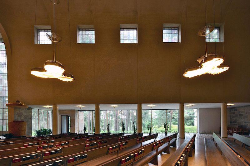 Detalle de la capilla con sus elementos de iluminación natural y artificial