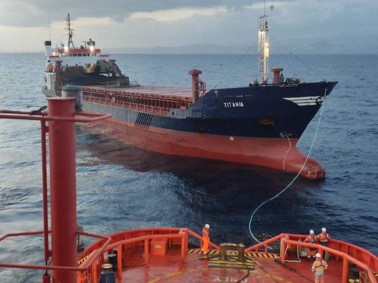 "Maniobra de remolque del buque ""Titania"""