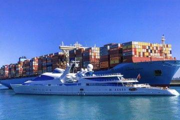 """El gigayate """"Yas"""" se cruza con el buque portacontenedores """"Madison Maersk"""""""