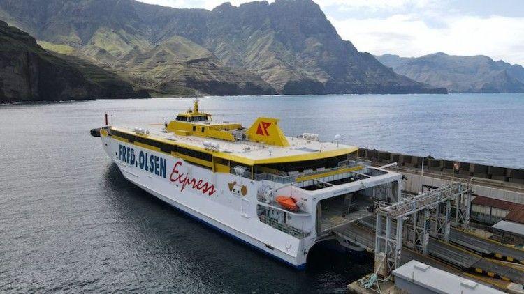 """""""Bajamar Express"""" atracado en el puerto de Agaete"""