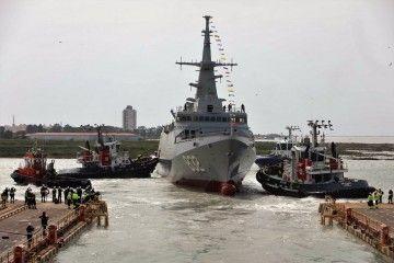 Remolcadores de Boluda en el puerto de Cádiz asisten la maniobra de botadura