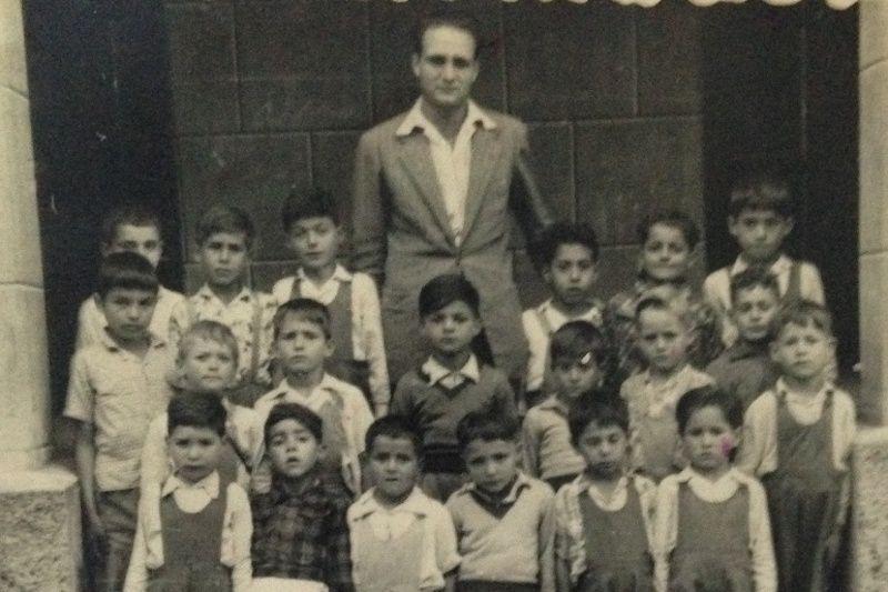 El maestro Raúl Quintana Torres, con alumnos del grupo escolar de Las Indias