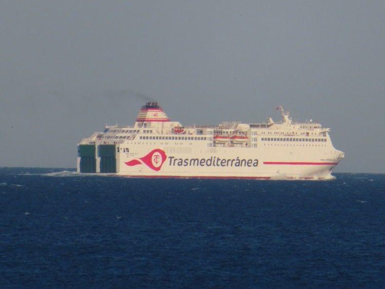 """El ferry """"Ciudad Autónoma Melilla"""", aq su salida de la bahía de Algeciras"""