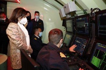 La ministra de Defensa recibe explicaciones ante uno de los simuladores