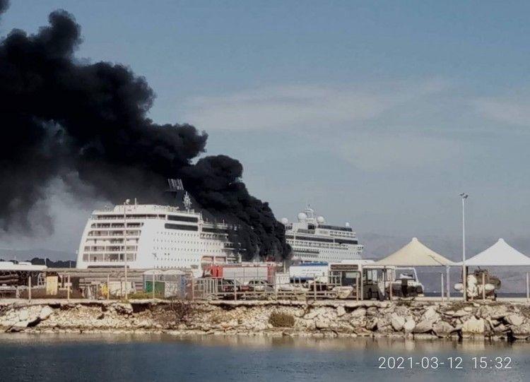 El incendio adquirió grandes proporciones y una denso humo negro