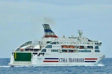 """El ferry """"Madeleine II"""", a su salida del puerto de Las Palmas de Gran Canaria"""