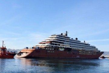 """El remolque del buque """"Evrima"""" zarpa del puerto de Vigo"""