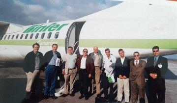 El grupo de Binter Canarias, a pie de avión en el aeropuerto de Funchal
