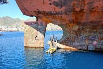"""Con el buque deslastrado, el personal trabaja en la hélice del petrolero """"Ploutos"""""""