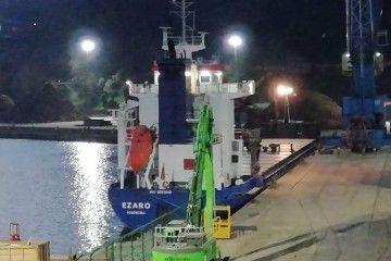 """El buque """"Ézaro"""", atracado en el puerto de Pasajes"""