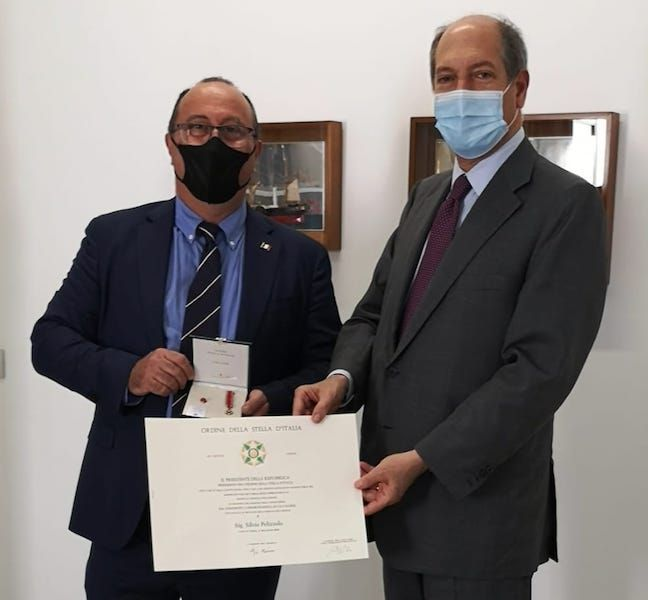 El embajador de italia entrega el título y la condecoración al cónsul Pelizzolo