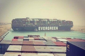 """El buque """"Ever Given"""", atravesado en el canal de Suez"""