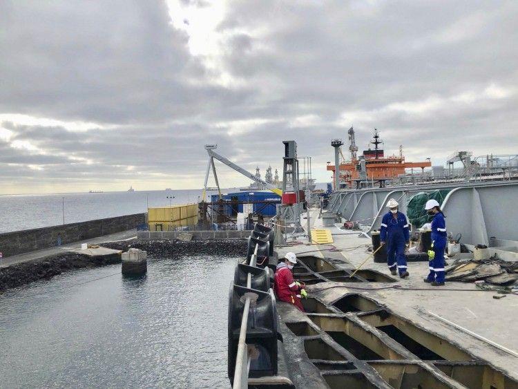 Personal de Hidramar trabaja en la cubierta del petrolero de Torm