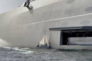 """Imagen del pequeño velero mientras golpea contra el casco del gigayate """"A"""""""