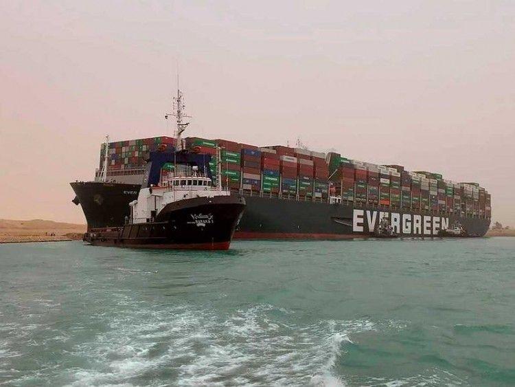 """El buque """"Ever Green"""", liberado, se dirige al lago al sur del canal"""
