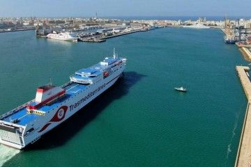 """El ferry """"Ciudad de Valencia"""", a su llegada al puerto de Cádiz"""