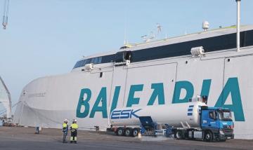 Suministro de GNL al costado del nuevo catamarán de Balearia