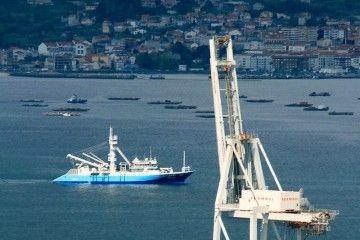 """El buque atunero """"Monteraiola"""", en la ría de Vigo"""