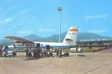 Postal del primer avión Twin Otter de Spantax en el aeropuerto de Melilla