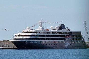 """El buque """"World Voyager"""", atracado en el puerto de Santa Cruz de Tenerife"""