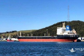 """El buque """"Severnaya Zemlya"""", atracado en el puerto de Avilés"""