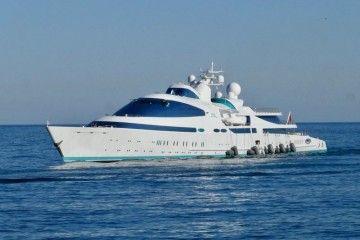 La colocación de las defensas de babor deslucen la estampa marinera del singular buque